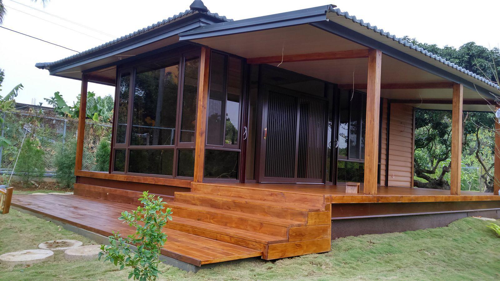 《適用範圍》渡假別墅、民宿經營、自宅改建 《手作木屋特色》複合式木屋主體結構採用鋼構主體,在內部與外牆部分採用木作施工,利用木頭特性來提升房屋的呼吸度,讓原本單調的組合房屋提升為日式手作木屋,手作木屋的施做工法與日本工法雷同。 《可變更設計內容》牆板為隔音隔熱之材質,原色為白色,可變更為木紋色或是增加原木魚鱗板,房屋內部可做全木設計或是鄉村風格裝潢,優勢在於能在您的預算內完成您建設木屋的夢想。 《木屋優點》:室內與室外為木頭裝潢包覆,房子的呼吸係數比鋼筋水泥優且耐震效果佳,屬於節能、舒適之綠建築。